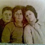 С лева мой папа Кунин Михаил ,по центру бабушка Кунина Татьяна  и с права тётя Кунина Лариса